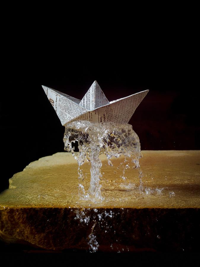 """DEU, SACHSEN, Dresden, 01.11.2012, Detail Boot vom Springbrunnen mit dem Titel """" Spass an der Quelle"""" von Malgorzata Chodakowska, Skulptur, Plastik aus Bronze; copyright by Lothar Sprenger, Dresden; [Lothar Sprenger Diplomfotograf, D-01187 Dresden, Bienertstrasse 33a, Telefon: 0049-(0)351-8048012, Fax: 0049-(0)351-8951256, Funk: 0170-5250109; Veröffentlichung nur gegen Honorar und Belegexemplar! Konto: 0400192800 bei der Dresdener Bank Dresden, BLZ: 850 800 00]"""